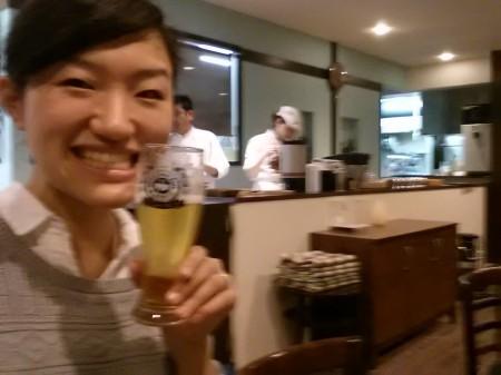 阿賀野市 パティスリー&レストラン まめふく ビール飲む若女将