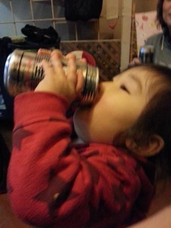 缶ビール片手に1歳児(笑)