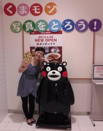 熊本県の大スターくまもんと一緒に写真を撮る若女将