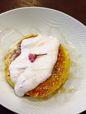 フレンチパンケーキ桜のクリーム添え