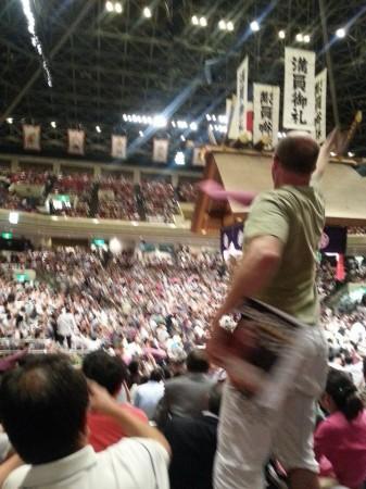 結びの一番で金星!座布団を投げる外国人の観客さん